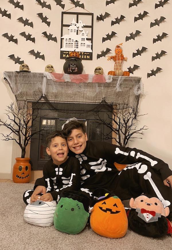 Los niños disfrutaron mucho realizar conmigo esta decoración de halloween.